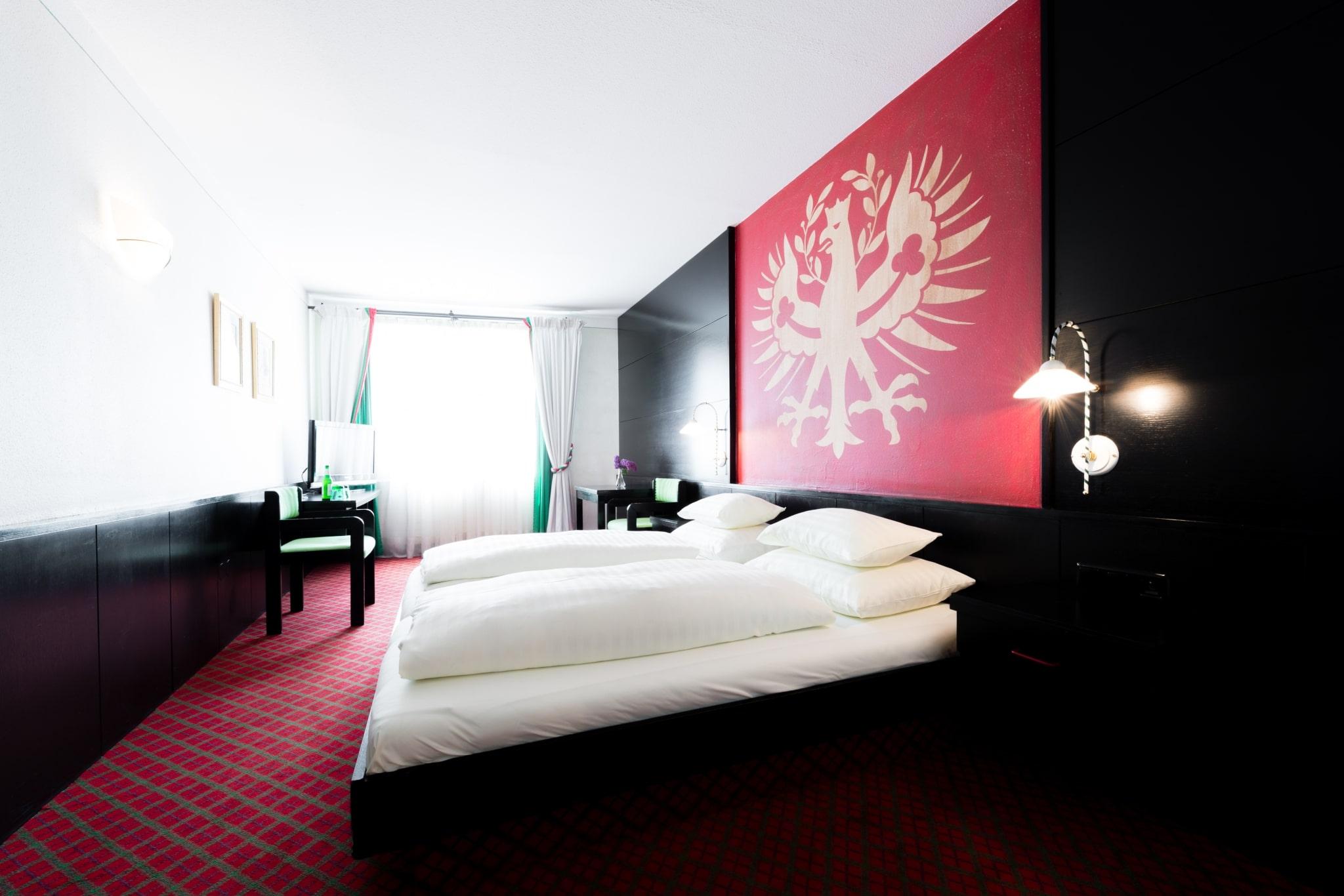 Im Hotel Schrofenstein in Landeck finden sich Doppelzimmer, die sich ideal für Paare und Geschäftsreisende mit etwas mehr Platzanspruch eignen.
