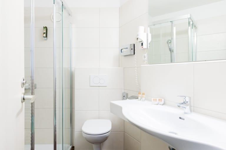 Badezimmer im Doppelzimmer Neu im Hotel Schrofenstein in Landeck