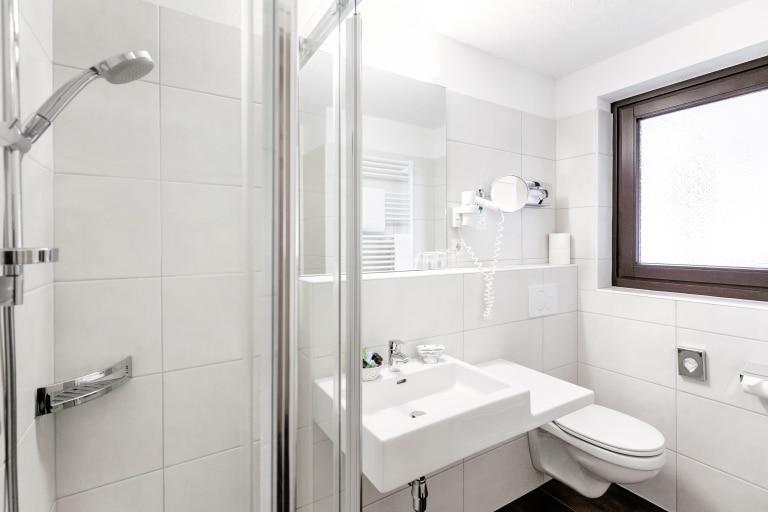 Badezimmer im Komfort Doppelzimmer Neu im Hotel Schrofenstein in Landeck