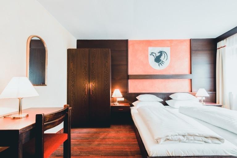 Im Hotel Schrofenstein in Landeck finden sich viele Economy Doppelzimmer, die sich ideal für Allein- und Geschäftsreisende eignen.