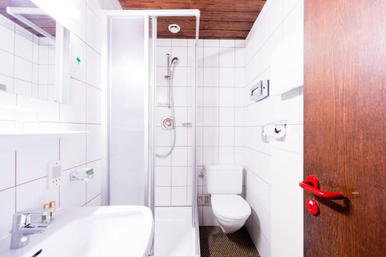 Badezimmer im Economy Zimmer im Hotel Schrofenstein in Landeck
