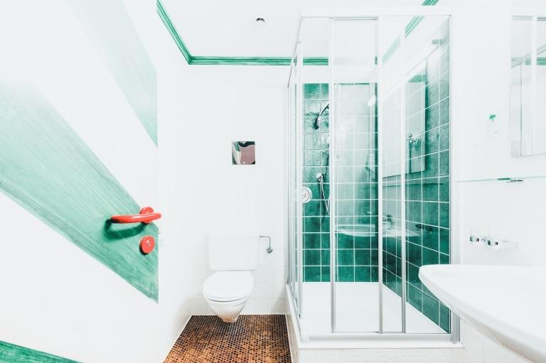 Badezimmer im Komfort Doppelzimmer im Hotel Schrofenstein in Landeck
