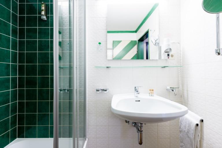 Badezimmer im Doppelzimmer im Hotel Schrofenstein in Landeck