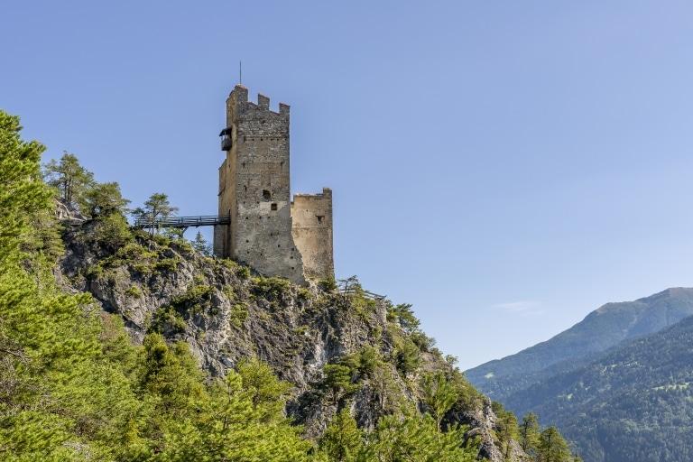 Die Burgruine Schrofenstein ist Namensgeber des Hotel Schrofenstein in Landeck in Tirol