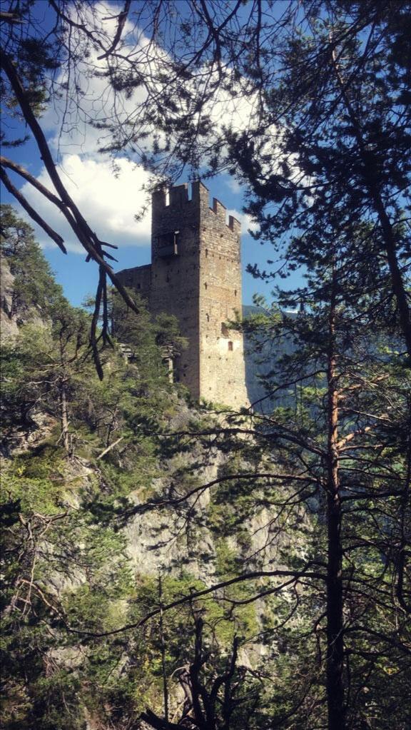 Das Hotel Schrofenstein hat seinen Namen von der Burgruine Schrofenstein