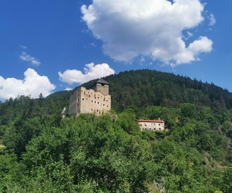 Ihr nächster Ausflug im Tiroler Oberland könnte Sie auch ins Schloss Landeck führen