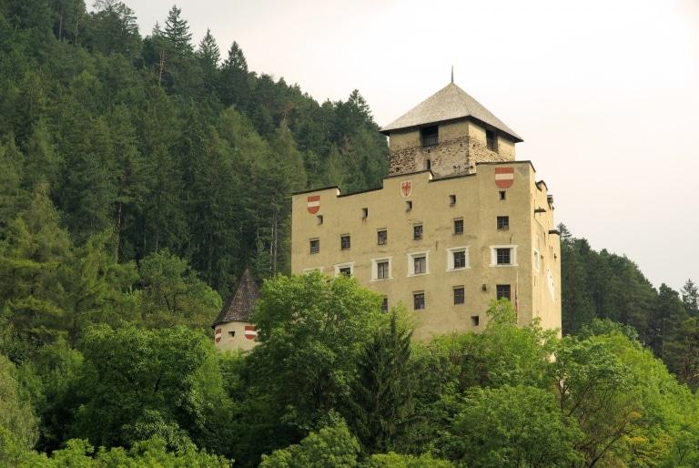 Besuchen Sie Schloss Landeck im Tiroler Oberland