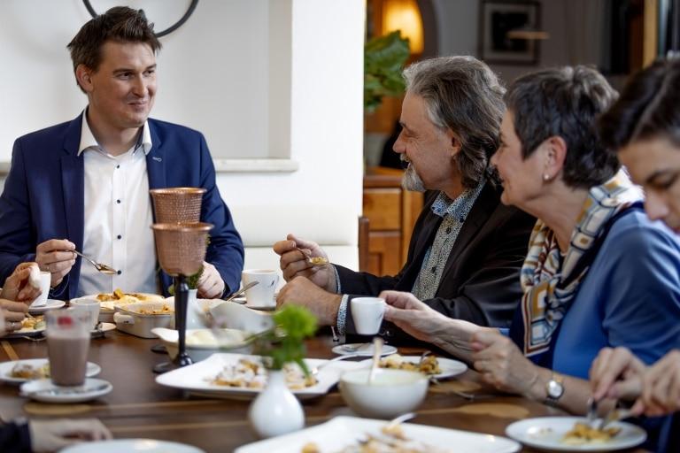 Eine Familie genießt im Restaurant im Hotel Schrofenstein in Landeck einen klassischen Kaiserschmarrn
