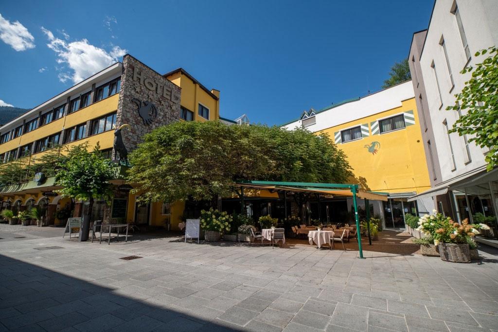 Außenansicht des Hotel Schrofenstein in Landeck im Sommer