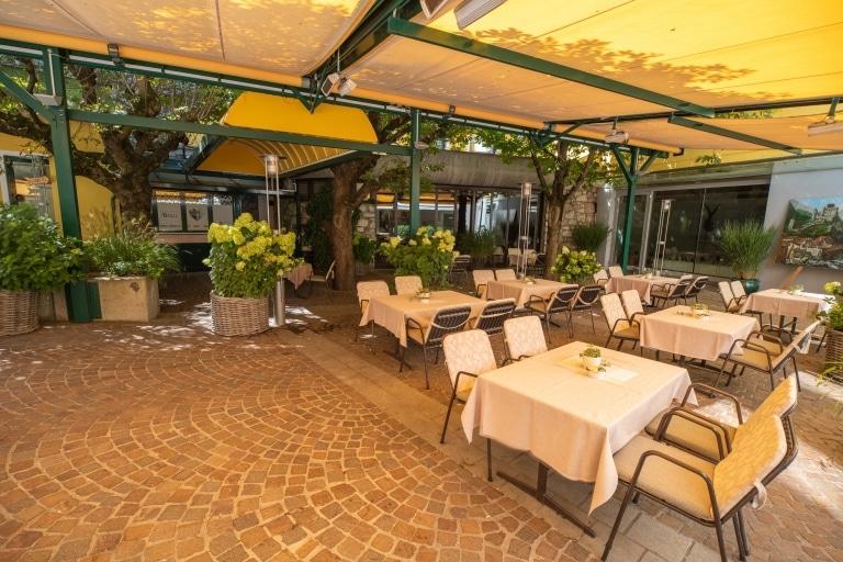 Der Gastgarten des Restaurants im Schrofenstein in Landeck, Tirol