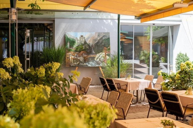 Der Gastgarten des Hotel Schrofenstein in Landeck, Tirol