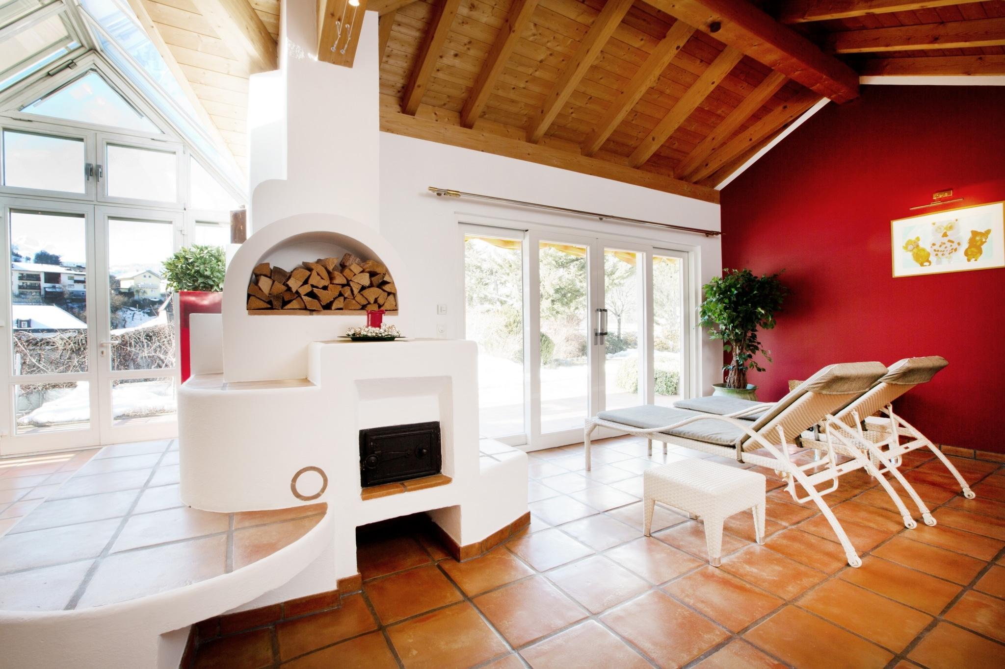 Im Spa Bereich des Hotel Schrofenstein in Landeck gibt es eine Sauna und einen Ruhebereich