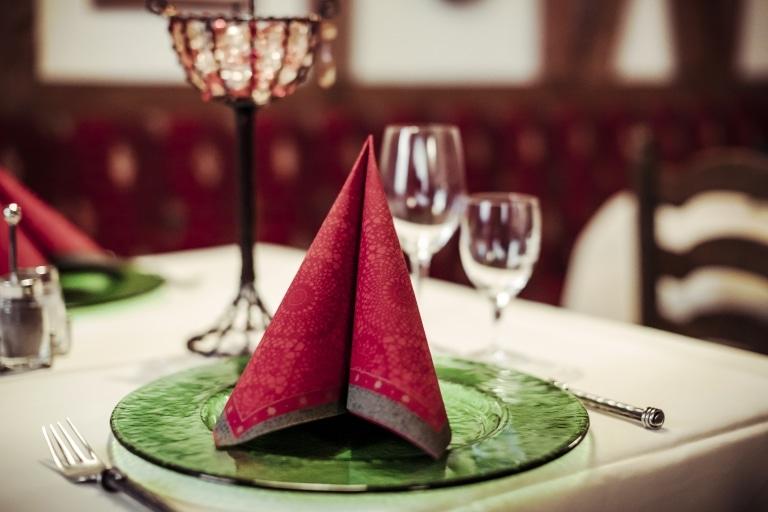 Das traditionelle Ambiente im Hotel Schrofenstein ist ideal für Ihre Weihnachtsfeier in Tirol.
