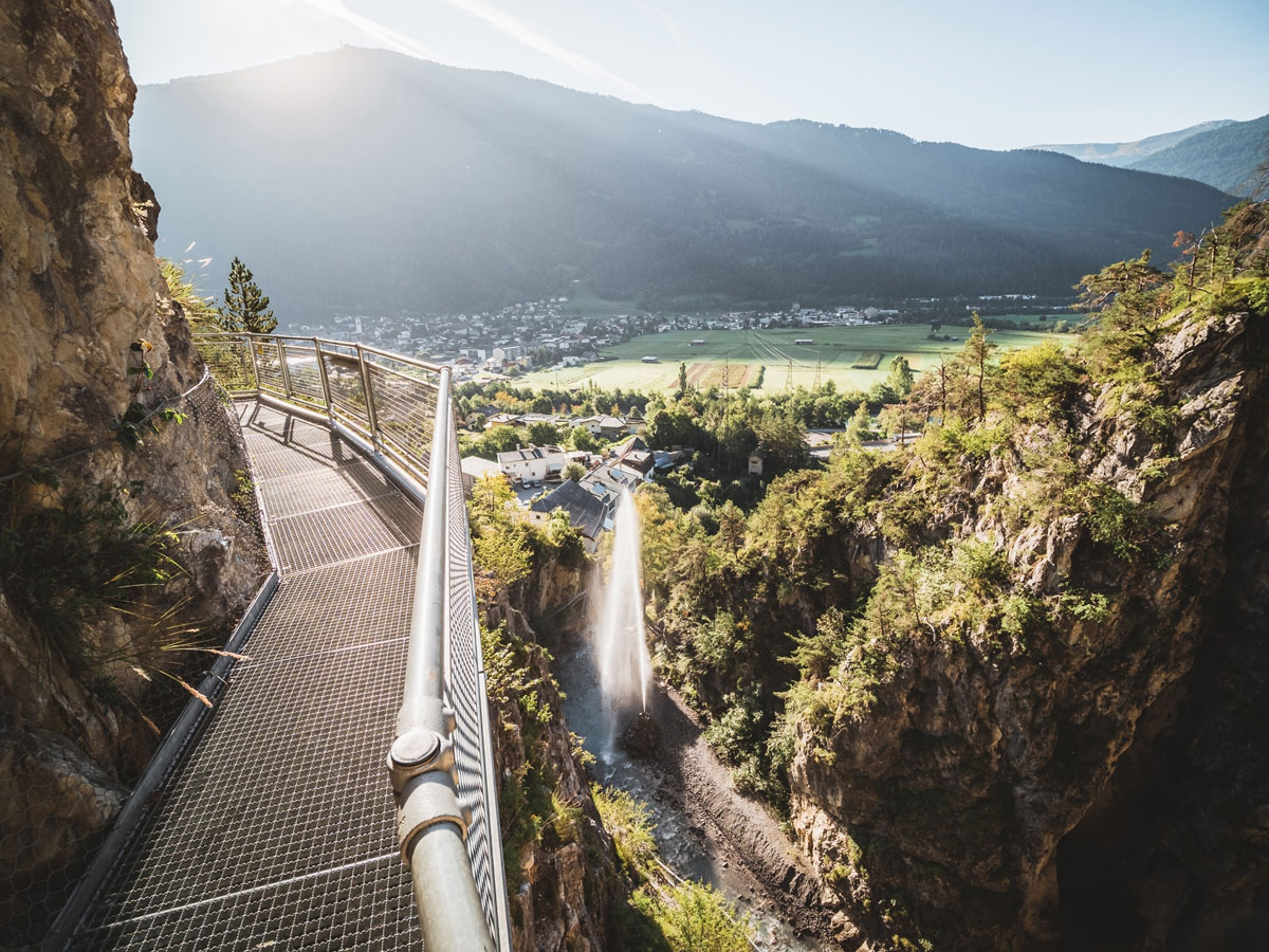 Die Aussicht aus der Zammer Lochputzklamm ist einen Besuch im Tiroler Oberland wert